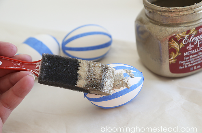 DIY Gold Painted Egg- super easy to follow tutorial to make these trendy goodies.