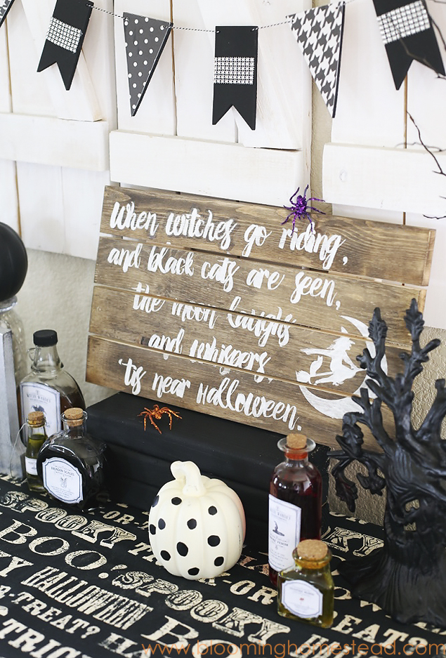 This diy Halloween Sign is so easy to make and customize. Check out the full tutorial | by Blooming Homestead
