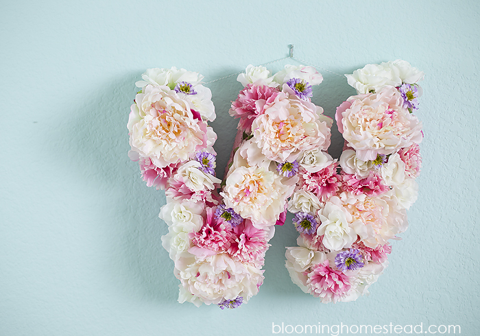 Pretty diy floral letter tutorial. Create with any letter, perfect for home decor, nurseries, and more!