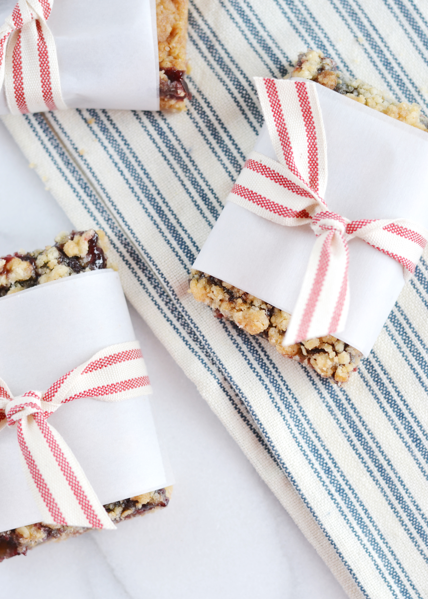 These+blackberry+crumble+bars+are+so+easy+to+throw+together+from+boxwoodavenue